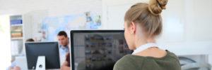 Mädchen arbeitet am Computer
