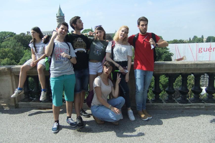 Gruppenfoto von Jugendlichen, die Grimassen ziehen