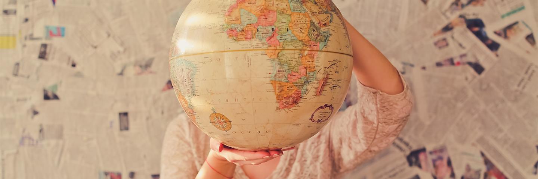 Mädchen hält ein Globus in der Hand