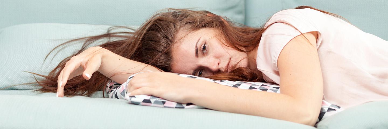Leben A-Z_Rat und Hilfe_Depressive Frau auf dem Sofa