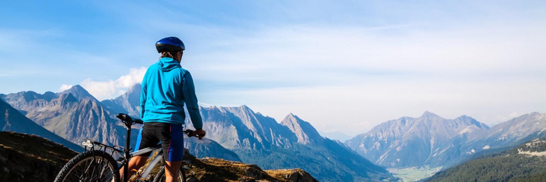 Leben A-Z_Sport_Mountainbiker mit tollem Ausblick
