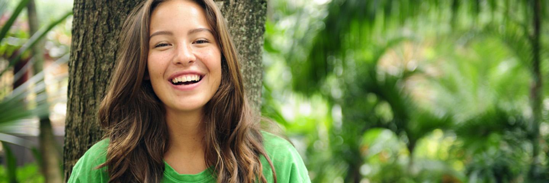 Leben A-Z_Umwelt_Lächelndes Mädchen im Dschungel