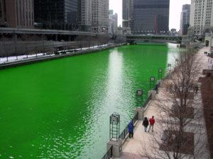 """User:Knowledge Seeker (https://commons.wikimedia.org/wiki/File:Chicago_River_dyed_green,_focus_on_river.jpg), """"Chicago River dyed green, focus on river"""", als gemeinfrei gekennzeichnet, Details auf Wikimedia Commons: https://commons.wikimedia.org/wiki/Template:PD-user"""